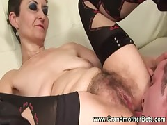 Amateur granny gets her pussy serviced
